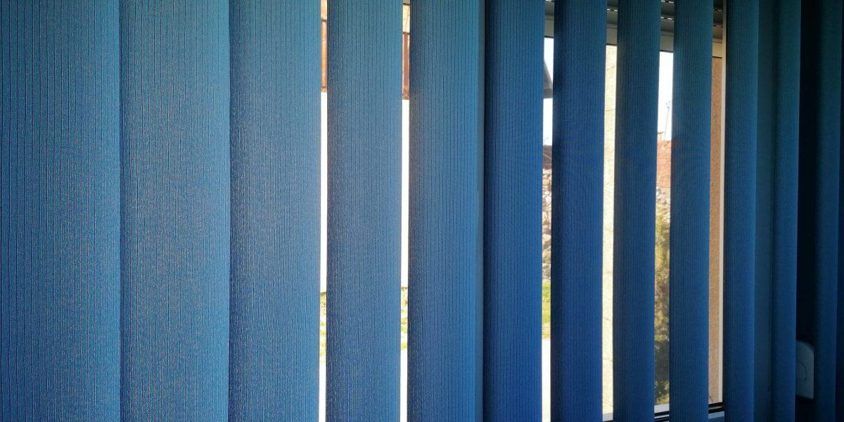 plava trakasta zavesa
